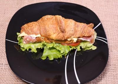 Сандвич кроасан с прошуто