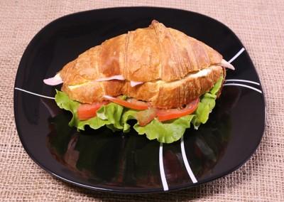 Сандвич кроасан с шунка и топено сирене